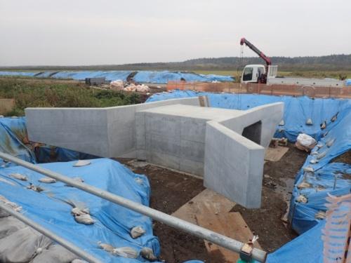 施工中のポロ沼地区第11号排水路上流工区。コンクリート打設後の函きょを左岸側から見ている(写真:国土交通省)