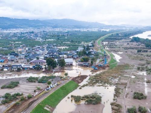 2019年10月の台風19号の大雨により長野市穂保で決壊した千曲川の堤防。19年10月15日撮影(写真:大村 拓也)