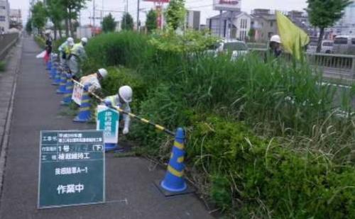 道路の維持工事(除草)の例。道路の維持工事は、巡回や清掃、除草、街路樹の剪定(せんてい)など日常的な管理を対象とする(写真:国土交通省)