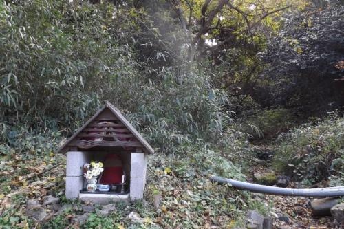 2019年11~12月に、「地蔵谷」と呼ばれる沢が枯れた。19年11月26日撮影。中池見湿地の環境保全に30年以上取り組んできたNPO法人「ウエットランド中池見」の笹木智恵子代表によると、地蔵谷はこれまでほとんど枯れたことがなかった。笹木代表は環境省から19年度の自然公園関係功労者環境大臣表彰を受けている(写真:ウエットランド中池見)
