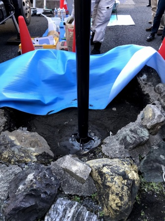 古い街路灯を撤去して、QQポールを設置する様子(写真:日経 xTECH)