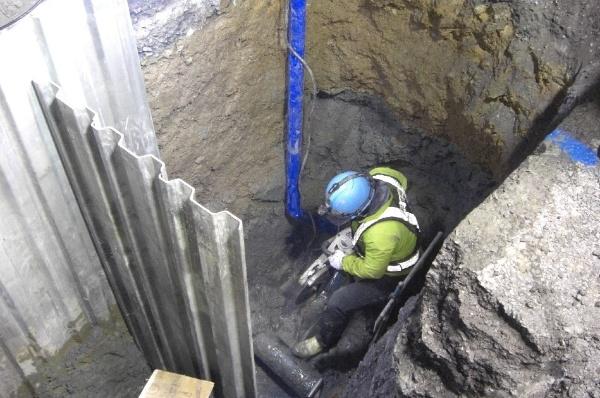 和歌山市で水道管の漏水が発覚し、大規模な断水騒動に発展した。写真は、漏水した水道管の修繕工事の様子(写真:和歌山市)