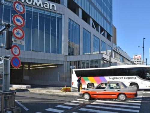 バスタ新宿はバスとタクシーだけが入れる施設だが、進入路の道路標識で通行を禁止しているのは大型貨物自動車や原動機付き自転車などだけだ。交通誘導員がいて、一般車が進入しないよう見張っている(写真:日経クロステック)