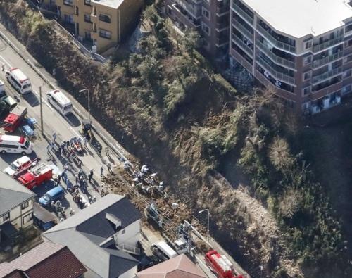 神奈川県逗子市池子2丁目で2020年2月5日に市道脇の斜面が崩れた現場。通行人の女性が巻き込まれて死亡した(写真:共同通信社)