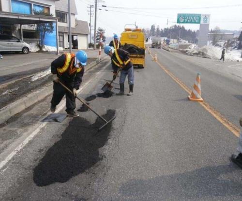 道路を交通規制するなど施工条件が厳しい工事では、担い手確保が課題になっている。写真は道路維持修繕工事で舗装材を敷きならしている様子(写真:国土交通省)