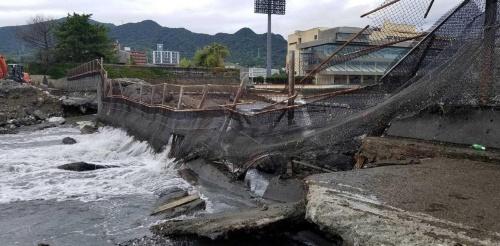 競艇場の崩れた護岸。雑石とコンクリートで構築されている。基礎地盤が流出したため沈下した。ボートレース下関は1954年に開業(写真:国土交通省下関港湾事務所)