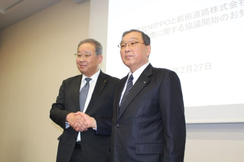 資本・業務提携を発表した前田道路の今枝良三社長(右)とNIPPOの吉川芳和社長。提携を通じてアスファルト合材の生産設備の統廃合などシナジーを創出すると意気込む(写真:日経クロステック)