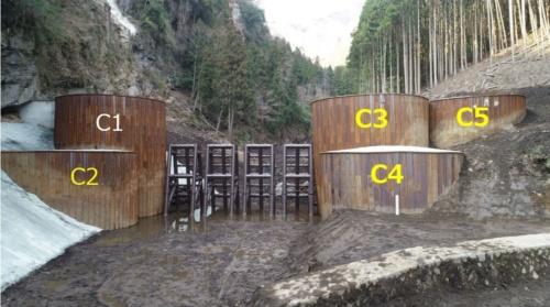 南から見た南阿蘇村の治山ダムの全景。C1~C5の5基のセルなどで構成する。C1以外の4基に施工不良があり、C3~C5の3基は補修が必要だった(写真:熊本県)