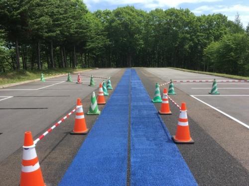 「快適歩走」の施工例。隣接する舗装との段差はほとんど生じない(写真:日本道路)