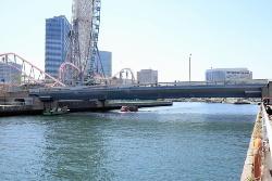 女神橋の桁下高の根拠となった国際橋。女神橋から100mほど上流の運河に架かる。右の写真で、「桁下3.5m」と表記してあるのが分かる(写真:日経クロステック)