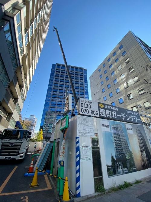 西松建設が東京都千代田区で施工中の工事現場。クレーンなどが稼働していた。2020年4月10日に撮影(写真:日経クロステック)