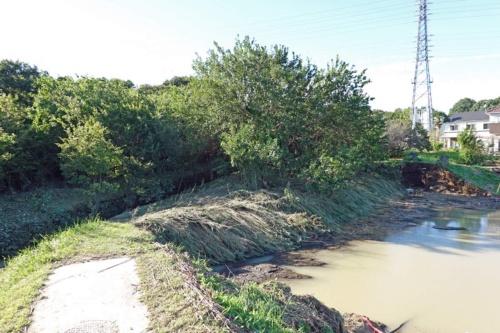 国交省が「越水」から「決壊」に被害判断を見直した都幾川の堤防。下流から6.5km地点の左岸に当たる。被災前の堤防は、写真左手前から右奥までつながっていた。写真左側が川表。埼玉県東松山市石橋で2019年10月13日に撮影(写真:日経クロステック)