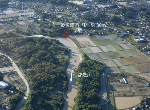 左岸6.5km地点。下流から続く堤防のうち、都幾川に流入する水路に取り付くように延びる区間の堤体が流失した(写真:国土交通省)