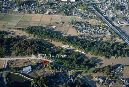 右岸5.9km地点。県道が堤防を乗り越えて川表側を通る(写真:国土交通省)