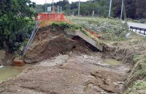 右岸5.9km地点の被災状況。写真右側が川表。国交省は従来、「堤防浸食」と分類していた。すぐ上流側には明治時代に建設された樋管がある(写真:国土交通省)