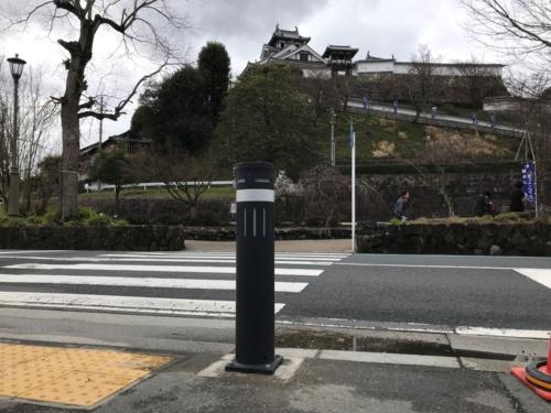 冠水センサー付きのボラード。京都府福知山市に設置している(写真:サンポール、ユアサ商事、応用地質)