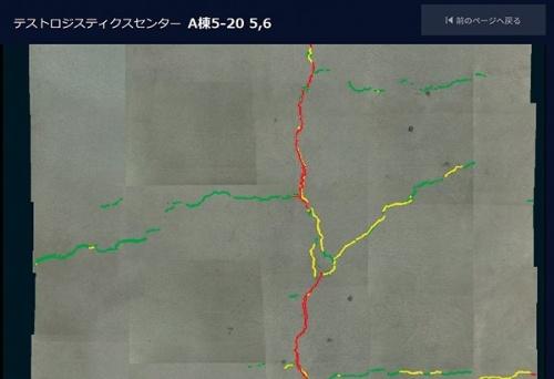 位置情報を基に写真をつなぎ合わせて作成した損傷図のイメージ。AIの画像解析でひび割れを検出する(資料:イクシス)