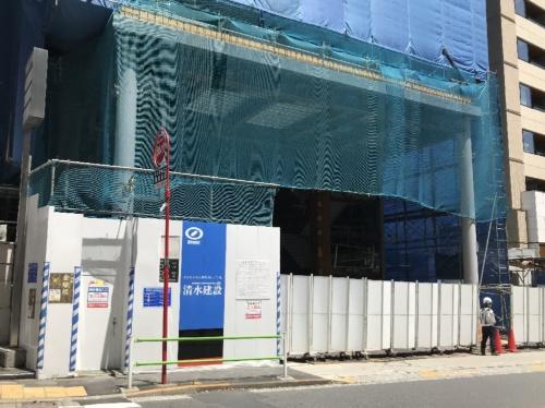 東京都港区の清水建設の建設現場。同社は5月6日、新型コロナウイルスの影響で中断していた工事を再開すると発表した。写真は5月7日昼ごろの様子。現場では作業音も聞こえた(写真:日経クロステック)
