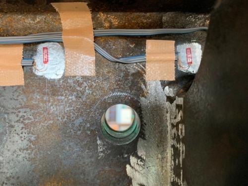手前は補強部材、孔の背面にわずかに垂直補剛材が見える(写真:川田工業)