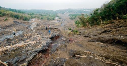 伊豆大島(東京都大島町)では、2013年10月の台風26号による土砂災害で39人の犠牲者が出た。島しょ部のような狭い地域では、大雨特別警報を発表できないことが問題視されていた(写真:日経コンストラクション)