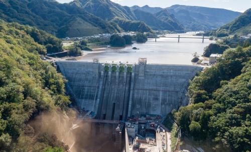 政府は八ツ場ダムの50個分に当たる貯水容量を水害対策用に確保した。写真は2019年10月の東日本台風(台風19号)でほぼ満水の状態になった八ツ場ダム(写真:大村 拓也)