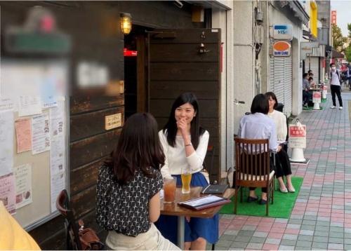 飲食店が歩道に設けたテラス席のイメージ。国土交通省が佐賀県から画像の提供を受け、道路占用許可基準の緩和を説明する資料に用いている(写真:国土交通省、佐賀県)