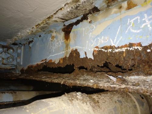 腐食で欠損した横桁。橋面からの漏水が原因とみられる。フランジ直下に配管が通るなど、点検や補修がしにくい構造だ(写真:国土交通省東京国道事務所)