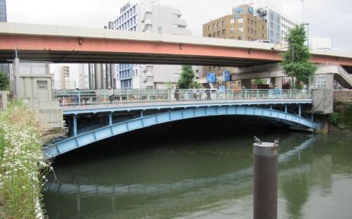 和泉橋の全景。秋葉原駅や神田駅に近く、交通量が多い。桁端部で補修のための足場を設置している。2020年7月1日に撮影(写真:日経クロステック)