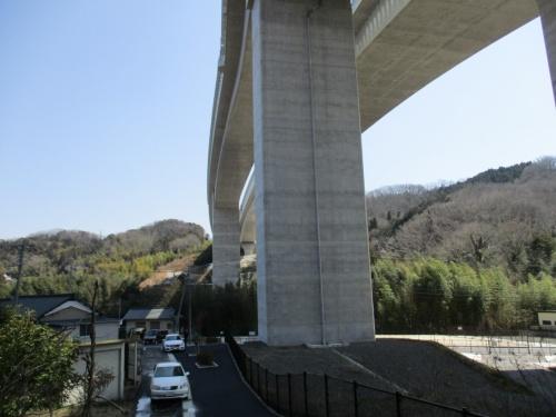 新東名高速道路の豊田東ジャンクション(JCT)付近の高架区間を見上げる(写真:住民側弁護団)