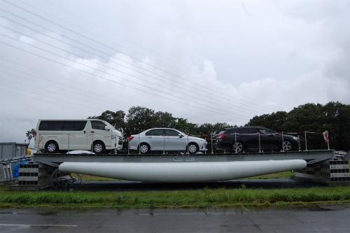 乗用車3台が載った状態のPS-Bridge(写真:日経クロステック)