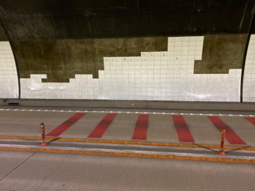 タイル剥落箇所とその周辺。剥がれていないが変状が認められたタイルを事後に撤去した(写真:中日本高速道路会社)