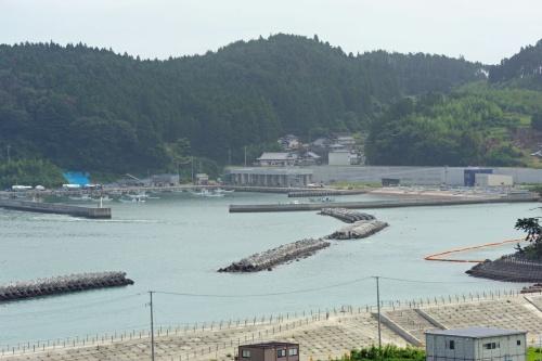 六ケ浦漁港の全景。東日本大震災以降、防潮堤や防波堤などの整備が進んでいる(写真:日経クロステック)