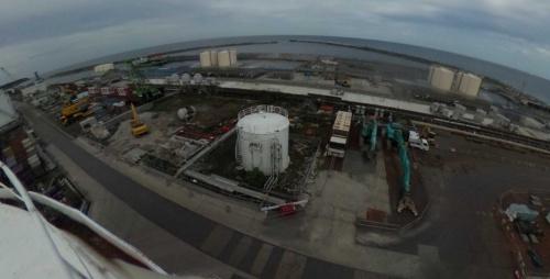 福島第1原子力発電所の2号機と3号機の海側。千島海溝の巨大地震に備えた防潮堤の施工前の様子。2019年9月20日撮影(写真:東京電力ホールディングス)