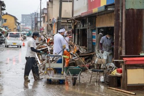 被災した商店の片付けをする人たち。人吉市内で2020年7月9日撮影(写真:水源地環境センター)