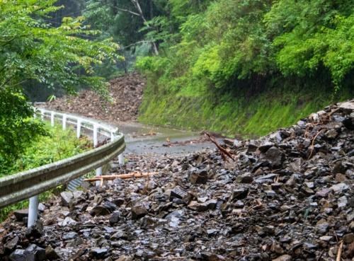 何カ所にもわたる土砂災害で通行不能になった熊本県相良村の椎葉川沿いの道路。2020年7月9日撮影(写真:水源地環境センター)
