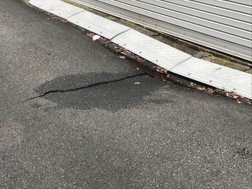 2020年10月18日午前11時50分ごろの様子。路面の沈下が進み、舗装にひび割れが生じている(写真:東日本高速道路会社)