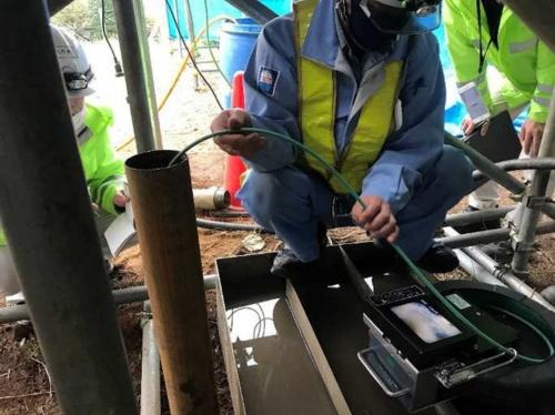 ボアホールカメラによる観察。ボーリング孔にカメラを挿入し、空洞内部を確認した(写真:東日本高速道路会社)