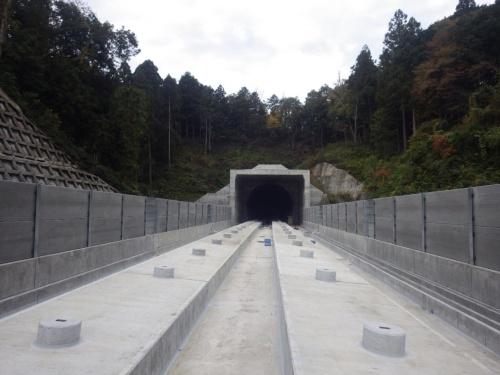 北陸新幹線の加賀トンネルの坑口(写真:鉄道建設・運輸施設整備支援機構)