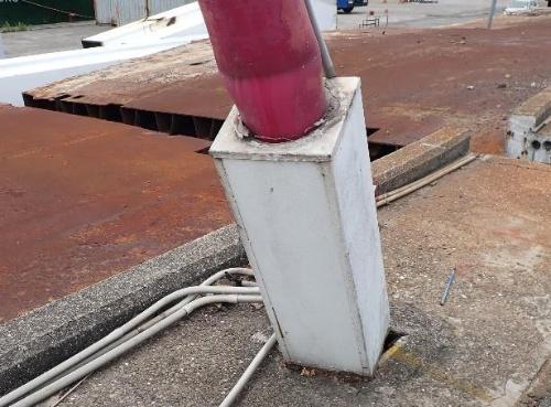 中央分離帯から飛び出た金属製の箱とケーブルの境界。ここから桁内に雨水が入ったようだ(写真:台湾国家運輸安全調査委員会)