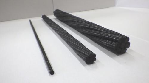 炭素繊維とエポキシ樹脂を複合化して、より合わせて形成したCFCC(写真:東京製綱インターナショナル)