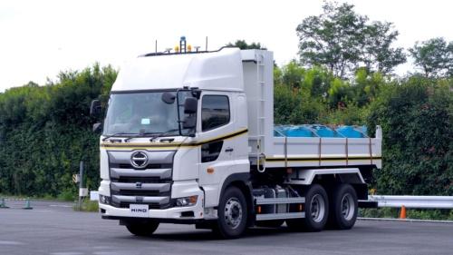 大型ダンプトラックの「日野プロフィア」をベースに、自動運転技術を搭載した(写真:大林組、日野自動車)
