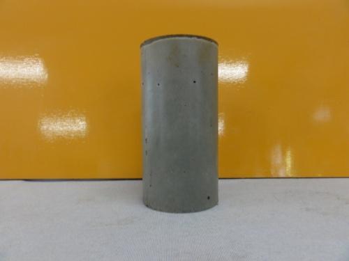 スラグ固化体の供試体。材齢7日で圧縮強度は20N/mm2だった。鉄鋼スラグは鉄鋼スラグ協会から提供してもらった(写真:奥村組土木興業)