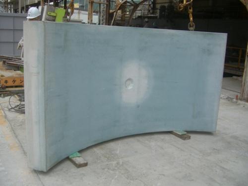 試作例の1つであるシールドトンネルのセグメント。製造当初は青っぽい色をしている(写真:大成建設)