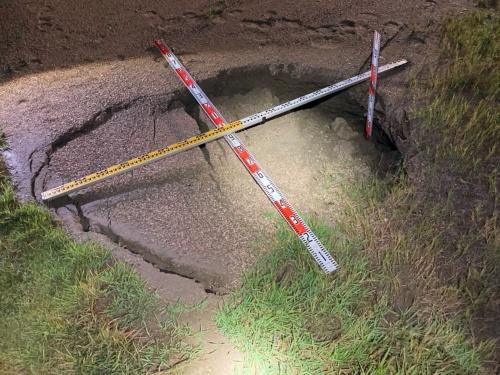 北側護岸沿いの緑地帯で発生した陥没。縦1.8m、横1.4m、深さ0.7m。2020年8月に撮影(写真:沖縄総合事務局)