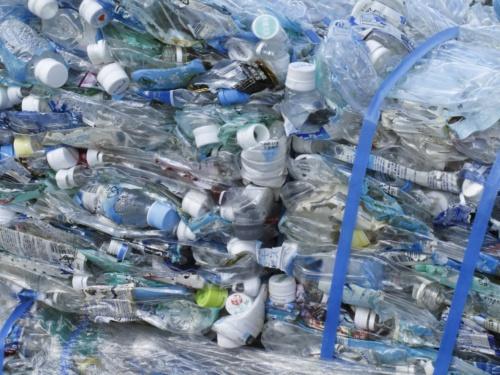 スーパーPETアスコンには、家庭などから出る廃ペットボトルを使用する(写真:花王)