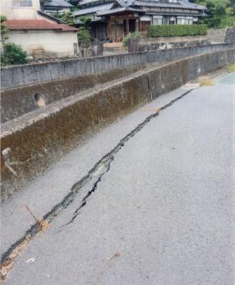 池上地区(熊本市西区)では宅地以外に、付近の堤防道路の路面にも沈下のため亀裂が生じている(写真:熊本市)