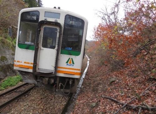 会津鉄道の列車が2019年11月、線路脇の斜面から流入した土砂に乗り上げて脱線した(写真:運輸安全委員会)