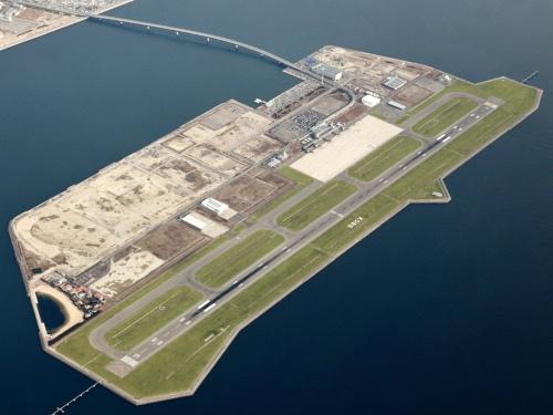 2006年2月に海上空港として開港した神戸空港。約15年を経て、滑走路全域などの舗装の改修に着手した(写真:関西エアポート)