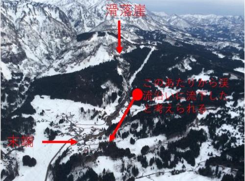 防災ヘリから撮影した地滑りの全景。滑落崖で地山から切り離されて移動した土砂が途中で向きを変え、渓流沿いに流れ落ちたとみられる(写真:土木研究所土砂管理研究グループ雪崩・地すべり研究センター)