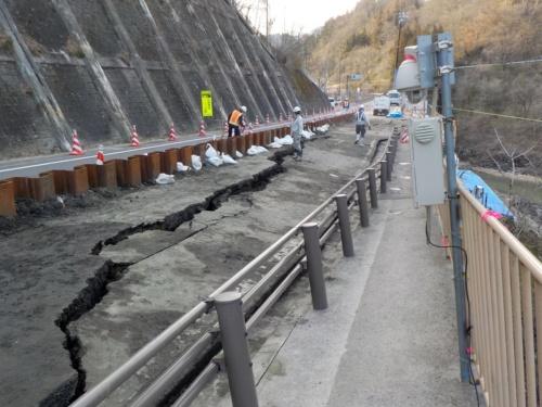 2021年3月24日に撮影した国道19号の様子。沈下が進行し、路面に大きな段差が生じている(写真:国土交通省長野国道事務所)
